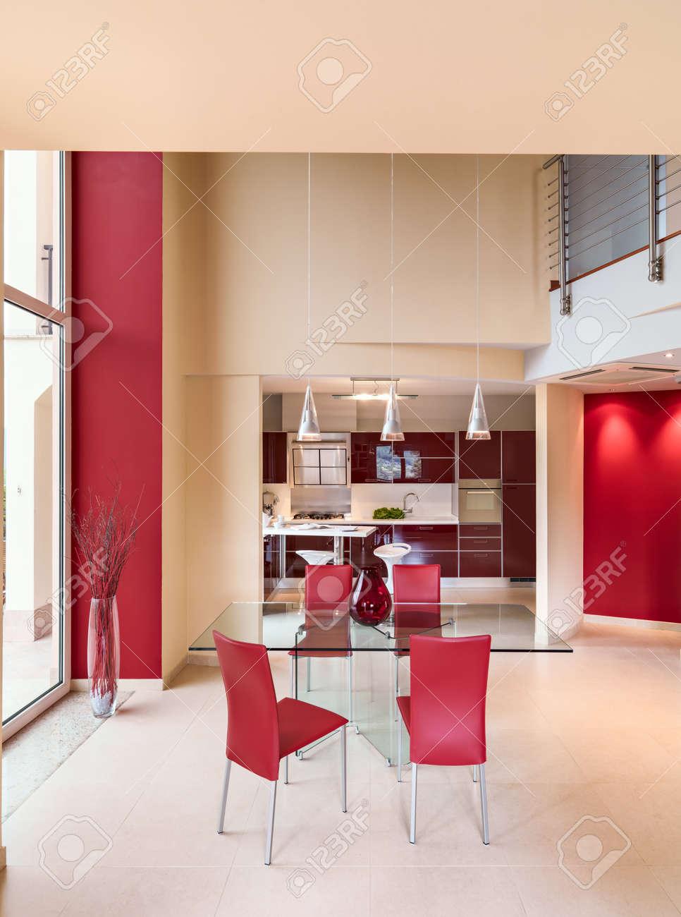 La Dont Donnant Sur Table Le Pourpre Cuir Chaises Rouge D'une Manger Verre Moderne Est Sol Avec Des Cuisine Marbre Plan À Premier En Tcul35K1FJ