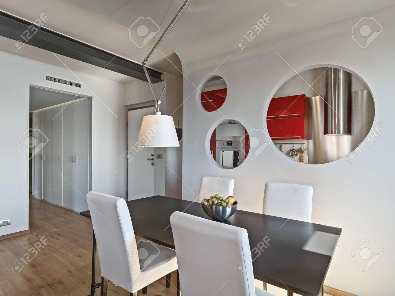 Salotto Moderno Legno : Primo piano del moderno tavolo da pranzo con lampadario in salotto