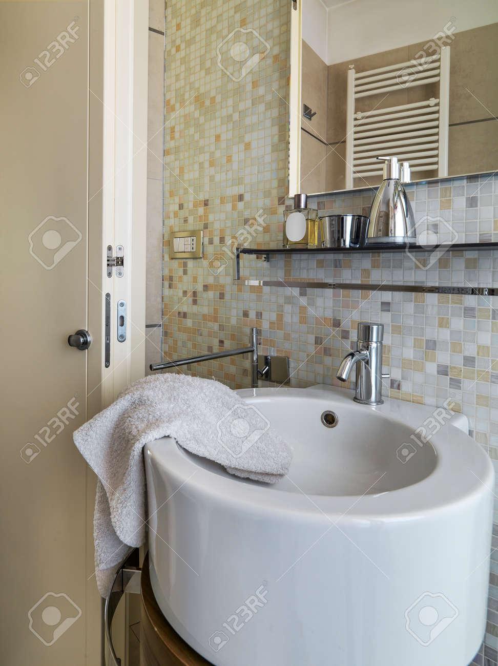 Vordergrund Eines Modernen Runden Waschbecken Im Modernen Badezimmer ...