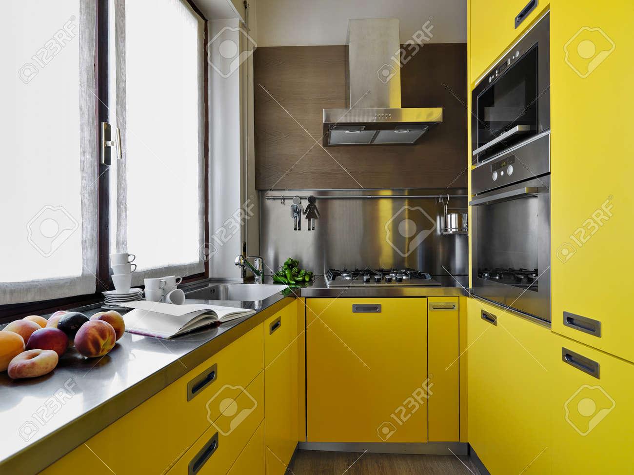 Cuisine Moderne Jaune vue antérieure d'une cuisine moderne jaune banque d'images et photos