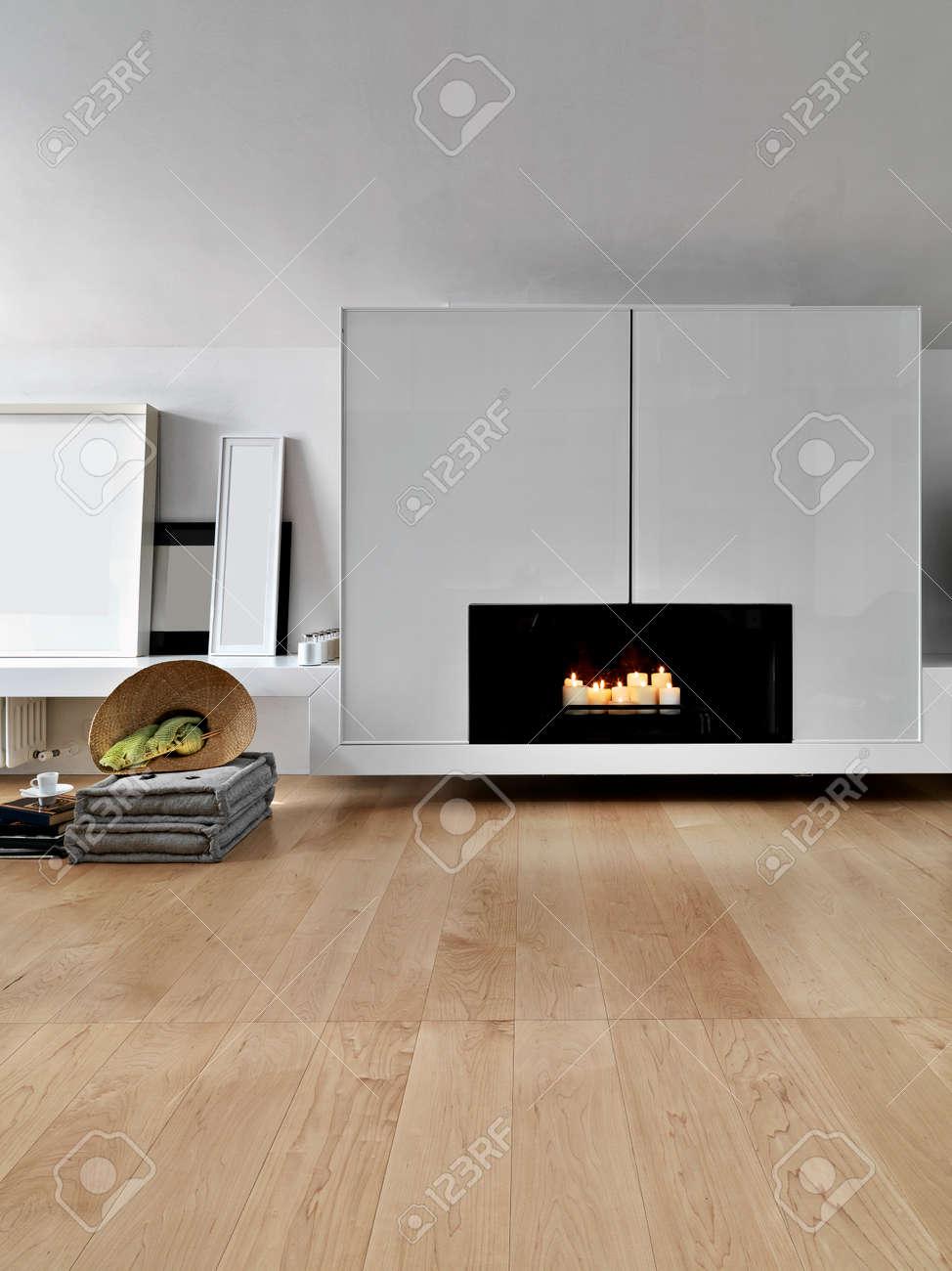 Primo piano di un moderno camino nel soggiorno cui pavimento è in legno