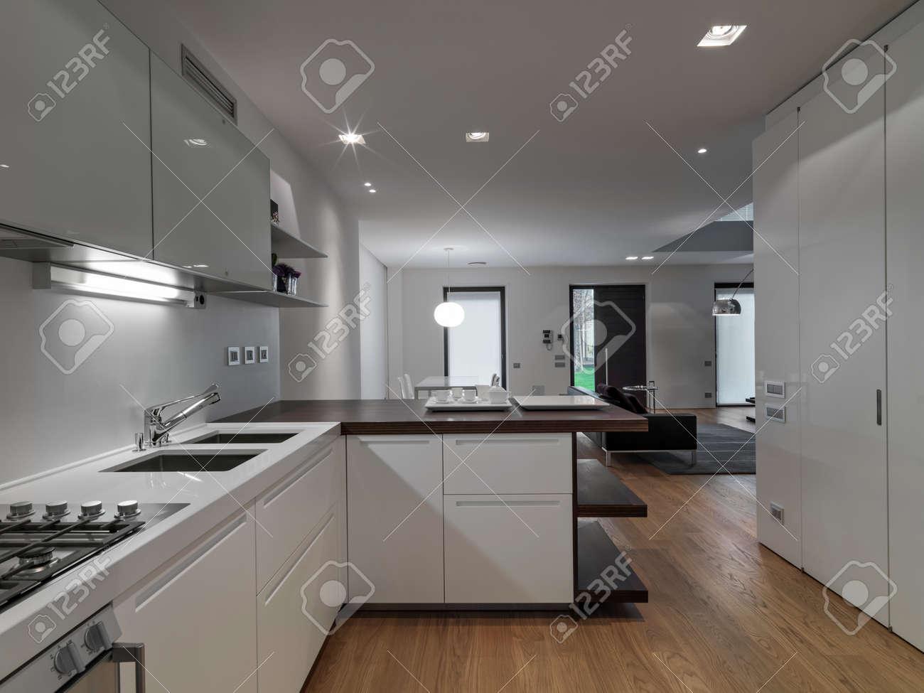 Cucina In Salotto.Vista Interna Di Un Salotto Moderno In Primo Piano La Cucina Il Cui Pavimento E In Legno