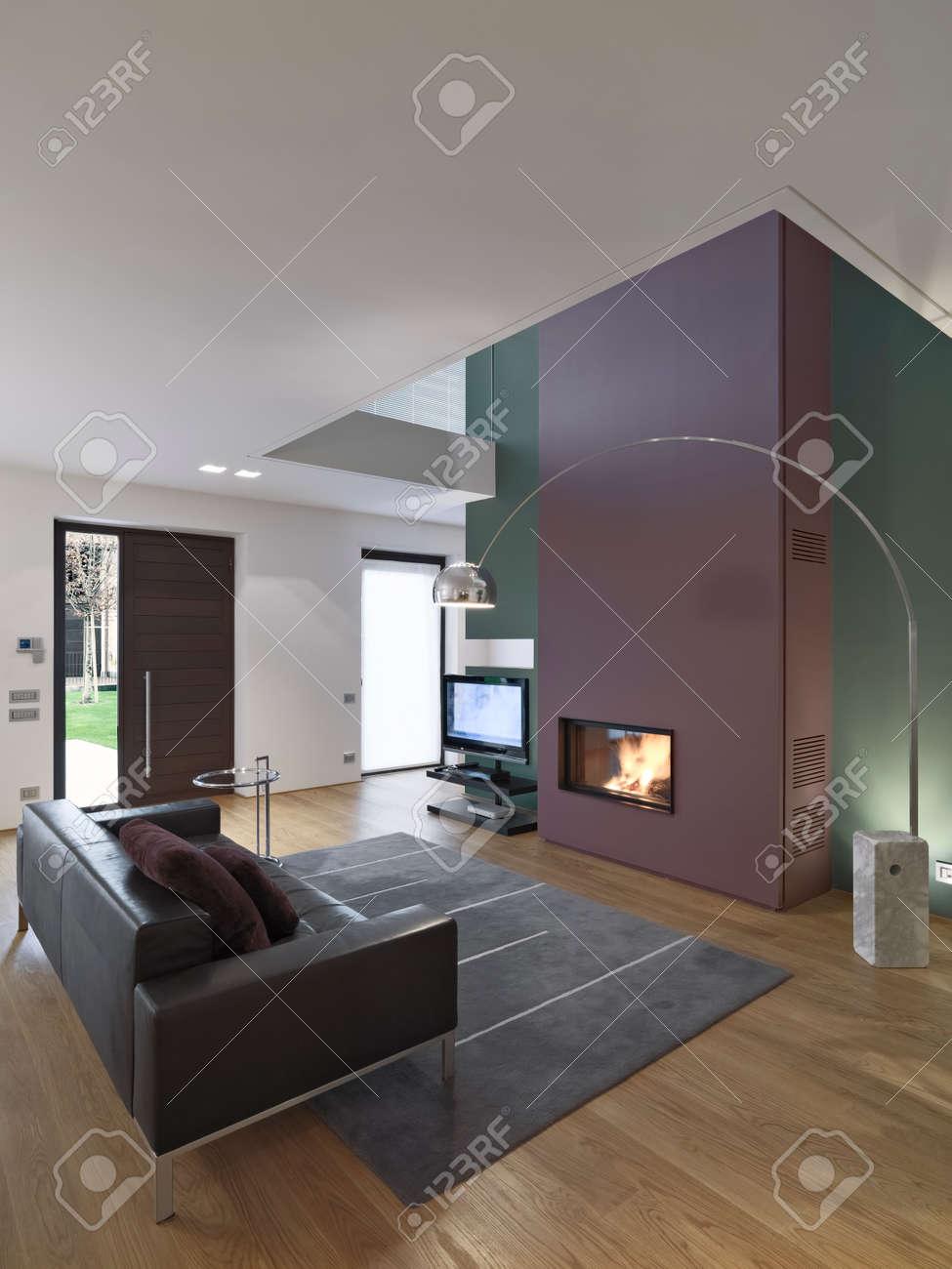 Vue Intérieure D\'un Salon Moderne Avec Canapé En Cuir Et Tapis En ...