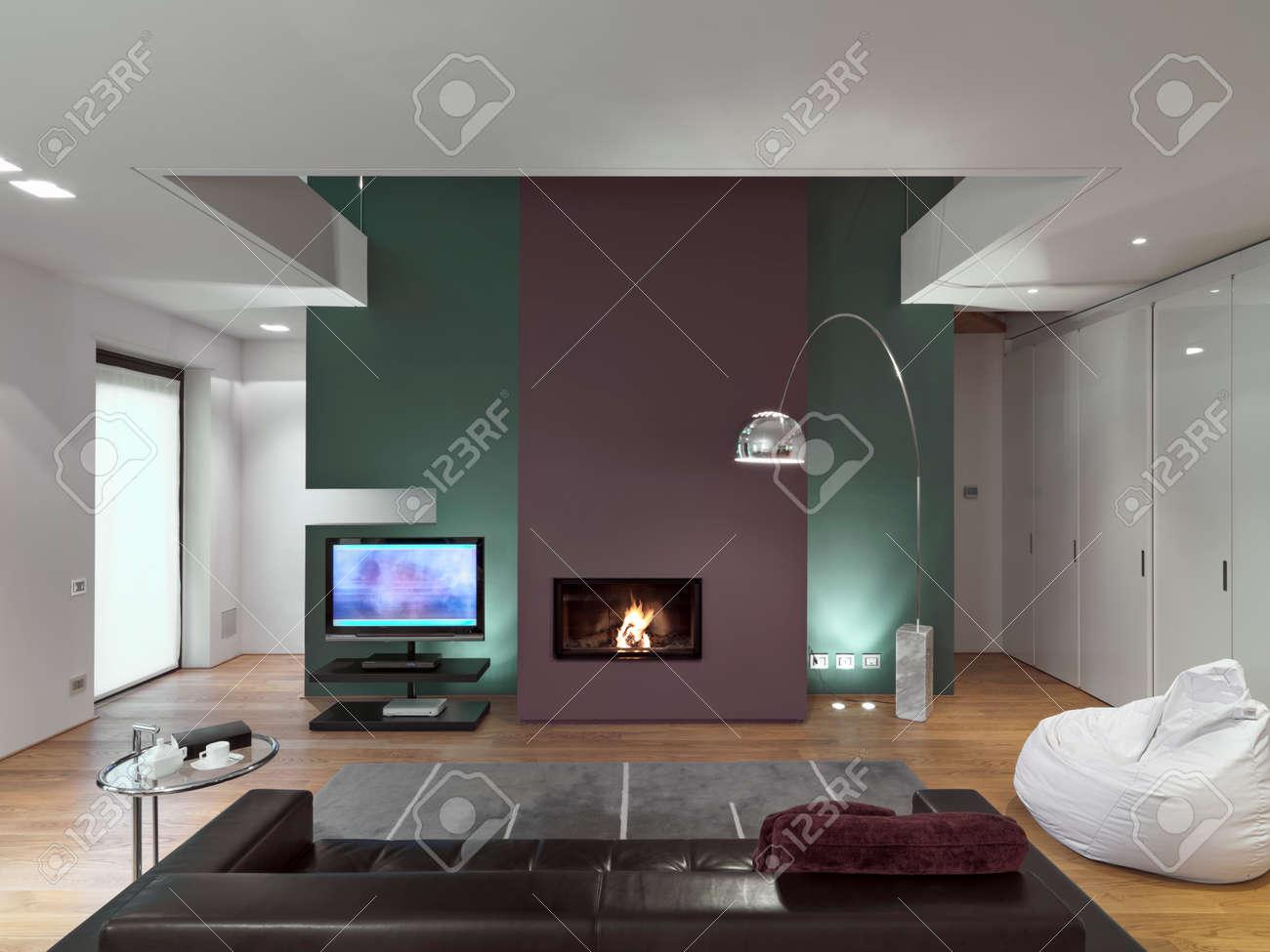 Salotto Moderno Legno : Vista interiore di un salotto moderno con divano in pelle davanti al
