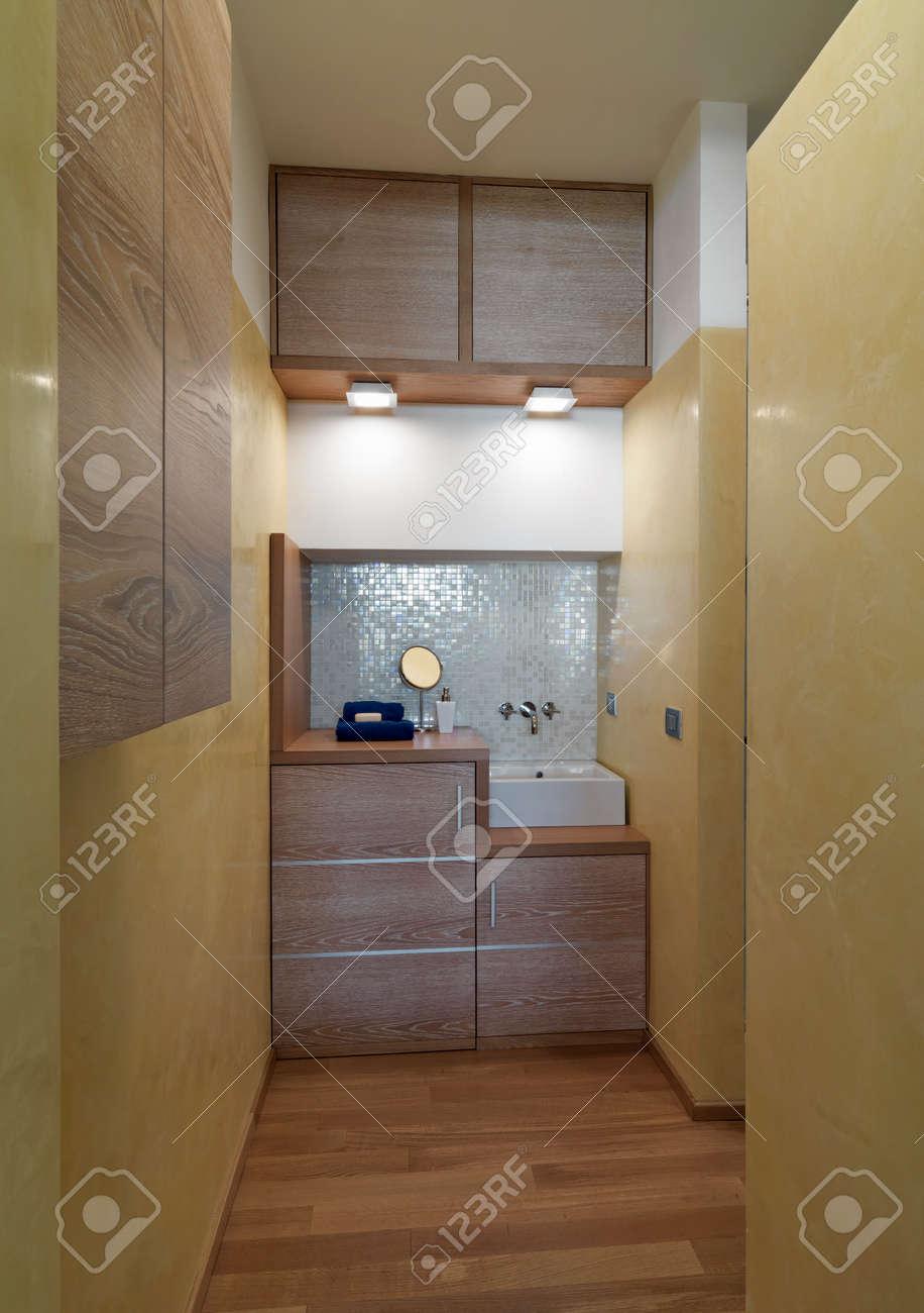 Salle De Bain Plan Bois ~ vue int rieure d une salle de bain moderne au premier plan le lavabo