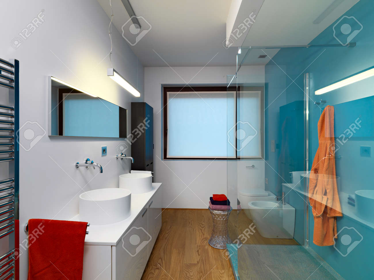 Vue Interieure D Une Salle De Bain Moderne Avec Deux Weshvasin