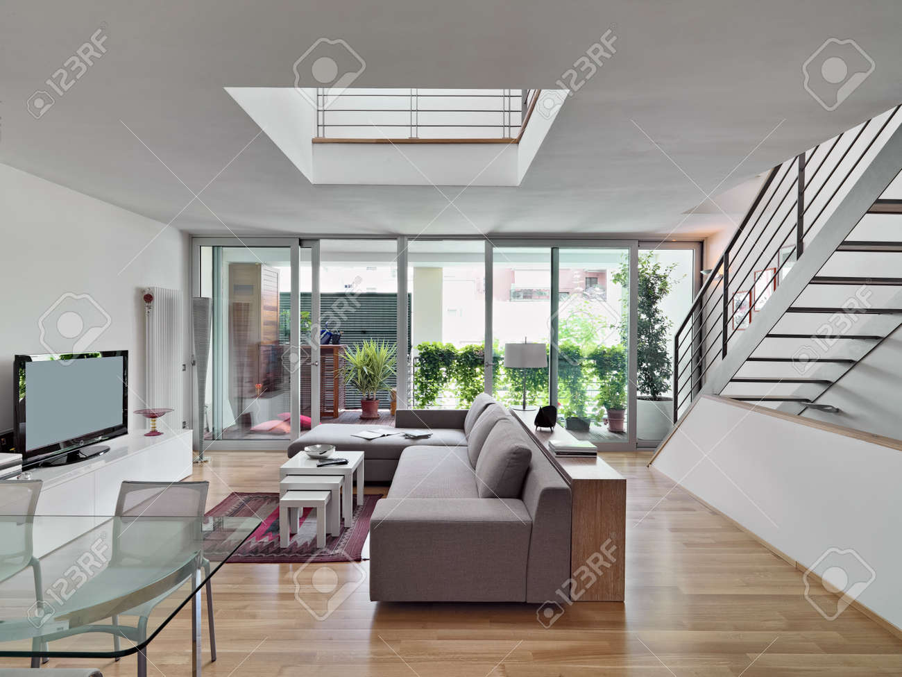 Escalier Dans Un Salon vue intérieure d'un salon moderne avec un canapé en tissu surplombant la  terrasse et un escalier