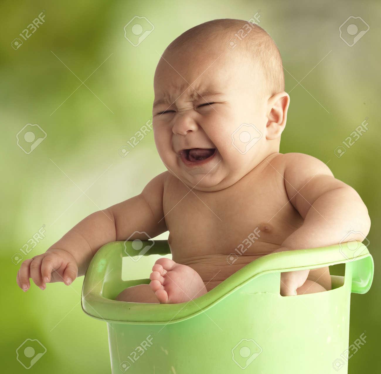 foto de archivo pequeo beb que tiene un bao en un jacuzzi al aire libre