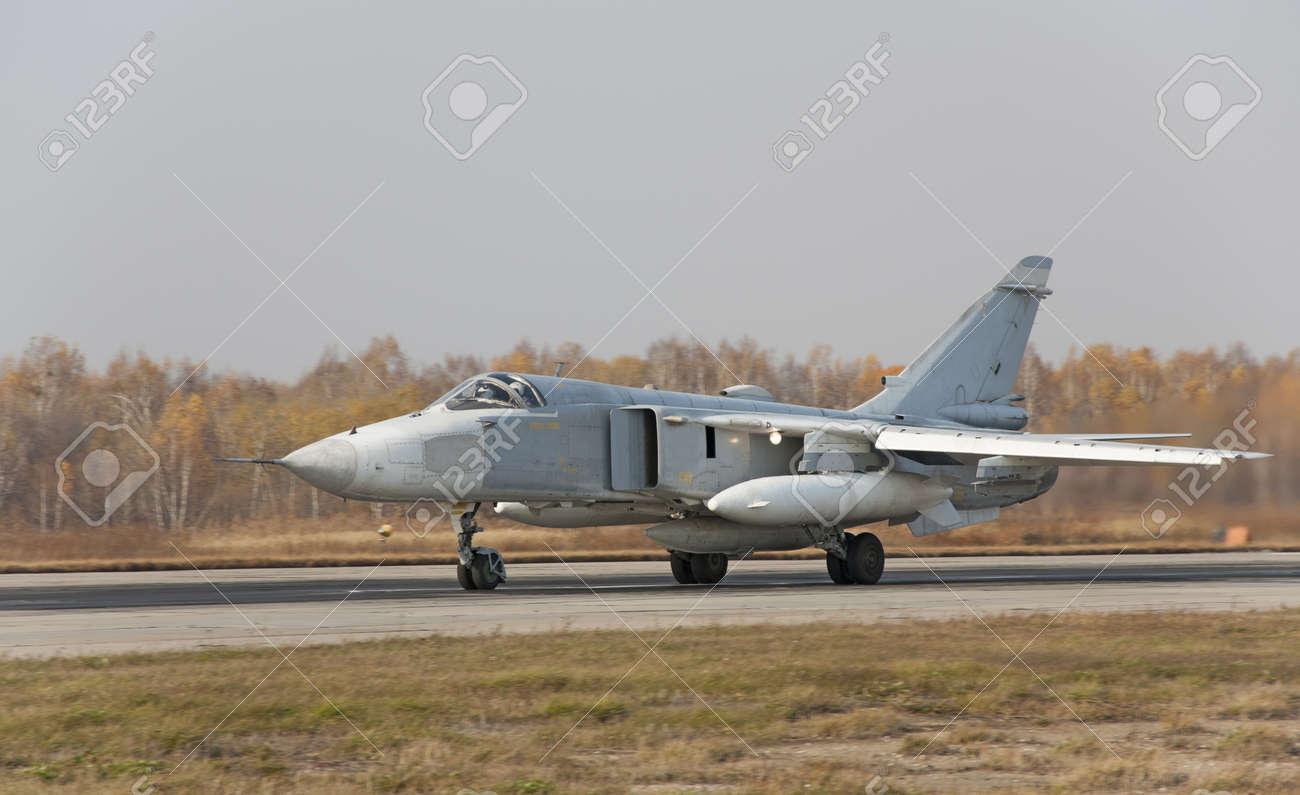 軍用機爆撃機 Su 24 の写真素材...
