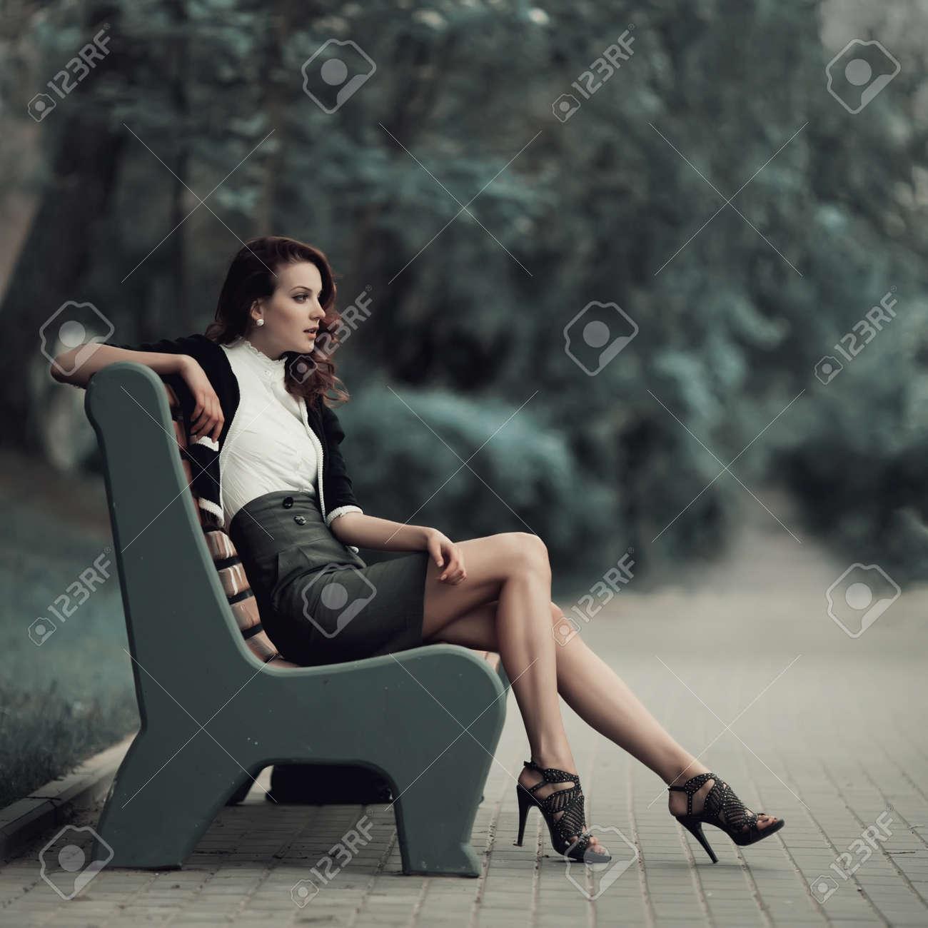 Смотреть фото девушки сидят на лавочке фото 676-204