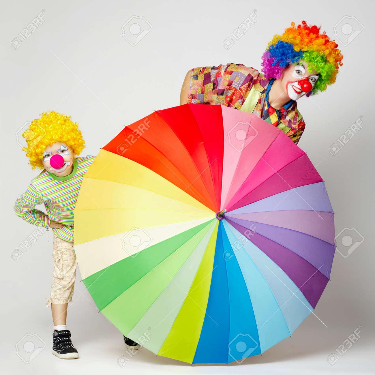 banque dimages drle de clown avec parapluie color sur fond blanc - Parapluie Color