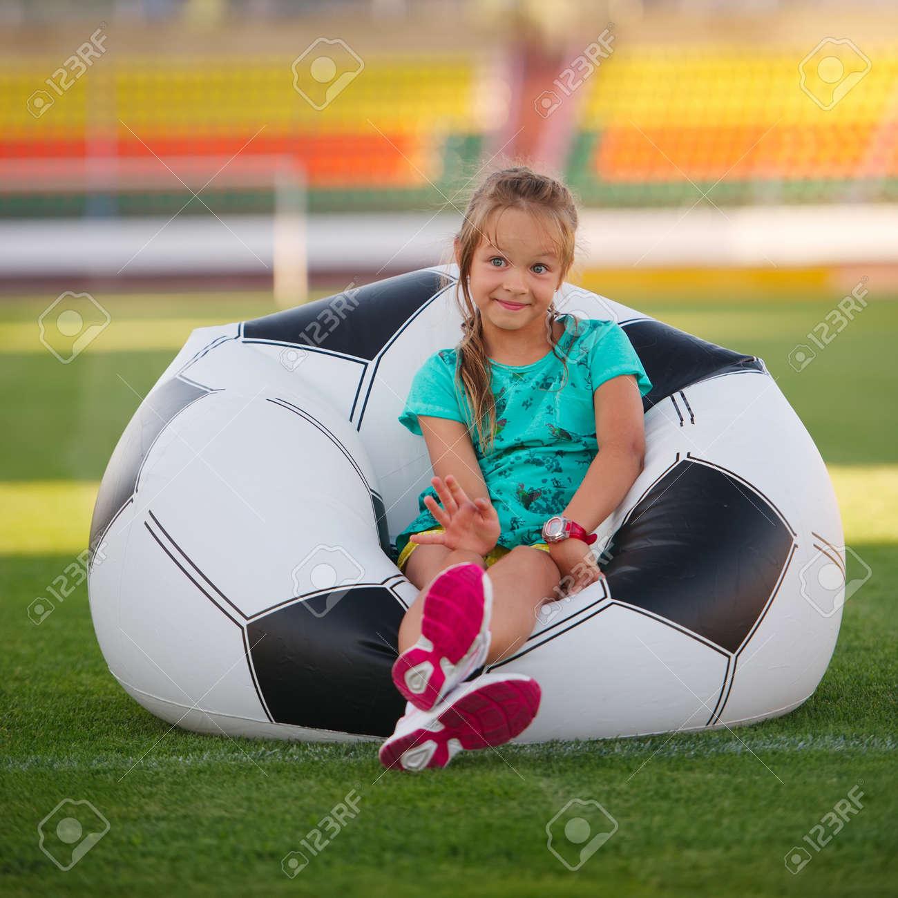Photo De Drole De Petite Fille Sur Le Stade De Football Banque D