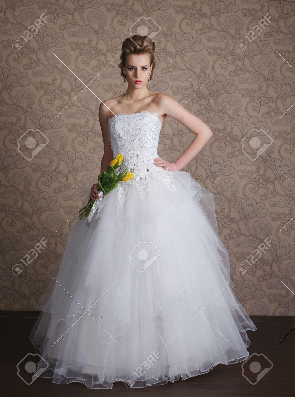 Foto Der Jungen Schonen Braut Im Hochzeitskleid Lizenzfreie Fotos