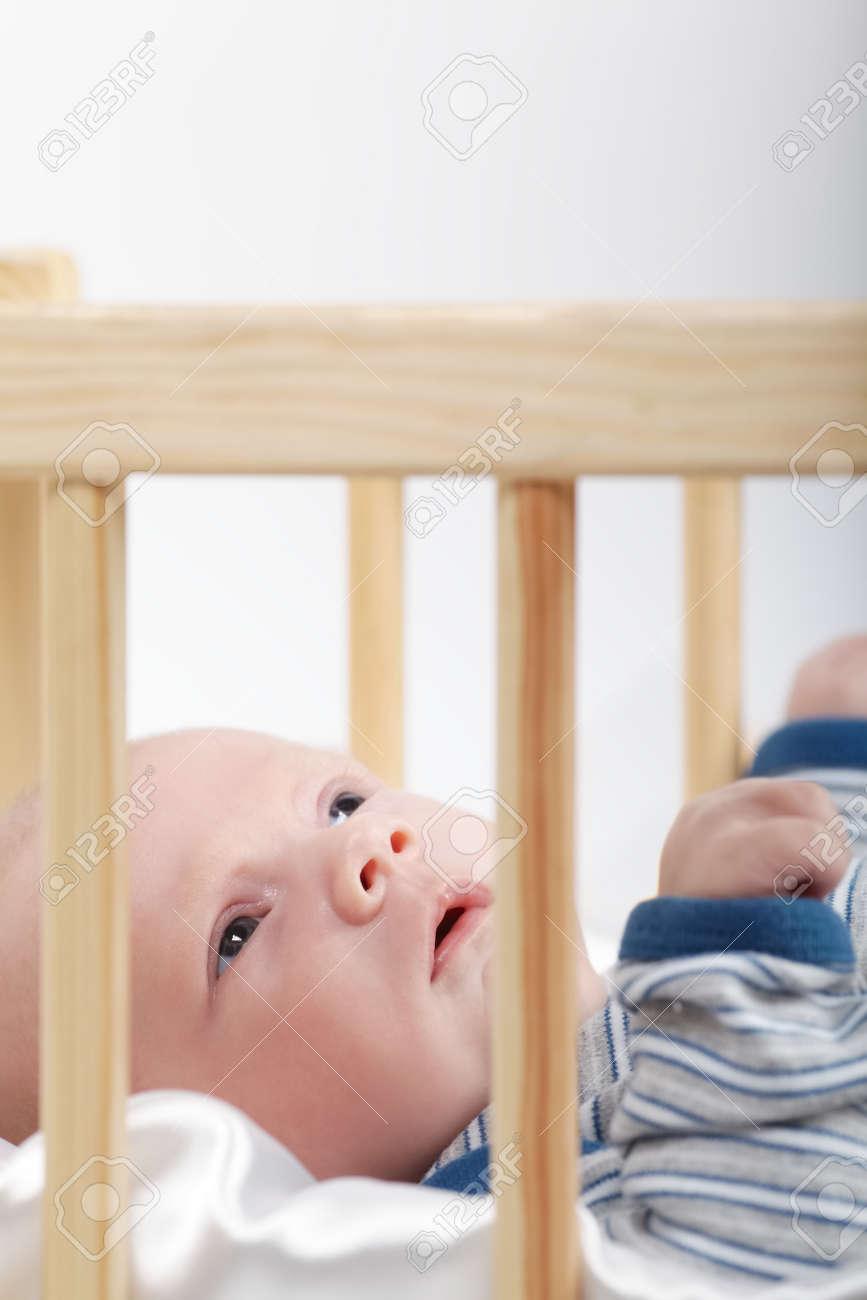 Lindo Bebé Recién Nacido En La Cama De Madera Fotos, Retratos ...