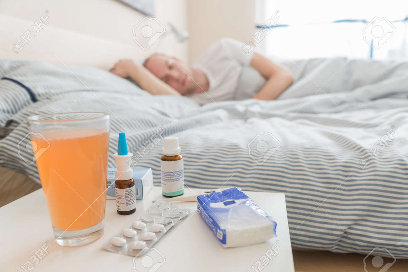 Lit Pour Jeune Homme jeune, homme malade est allongé dans son lit pour la récupération avec la  médecine pendant le sommeil
