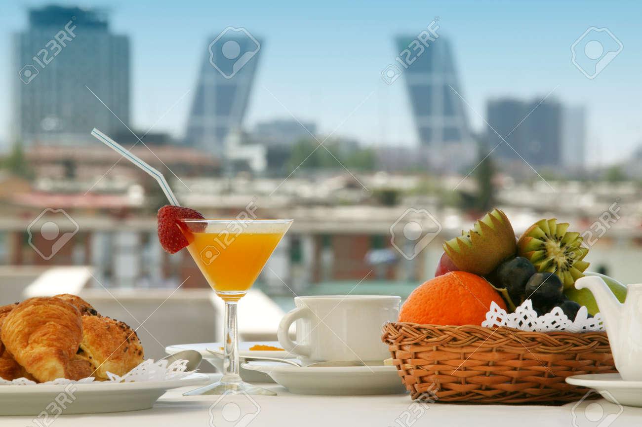 Desayuno En Una Terraza De Madrid Hotel Con Edificios En El Fondo