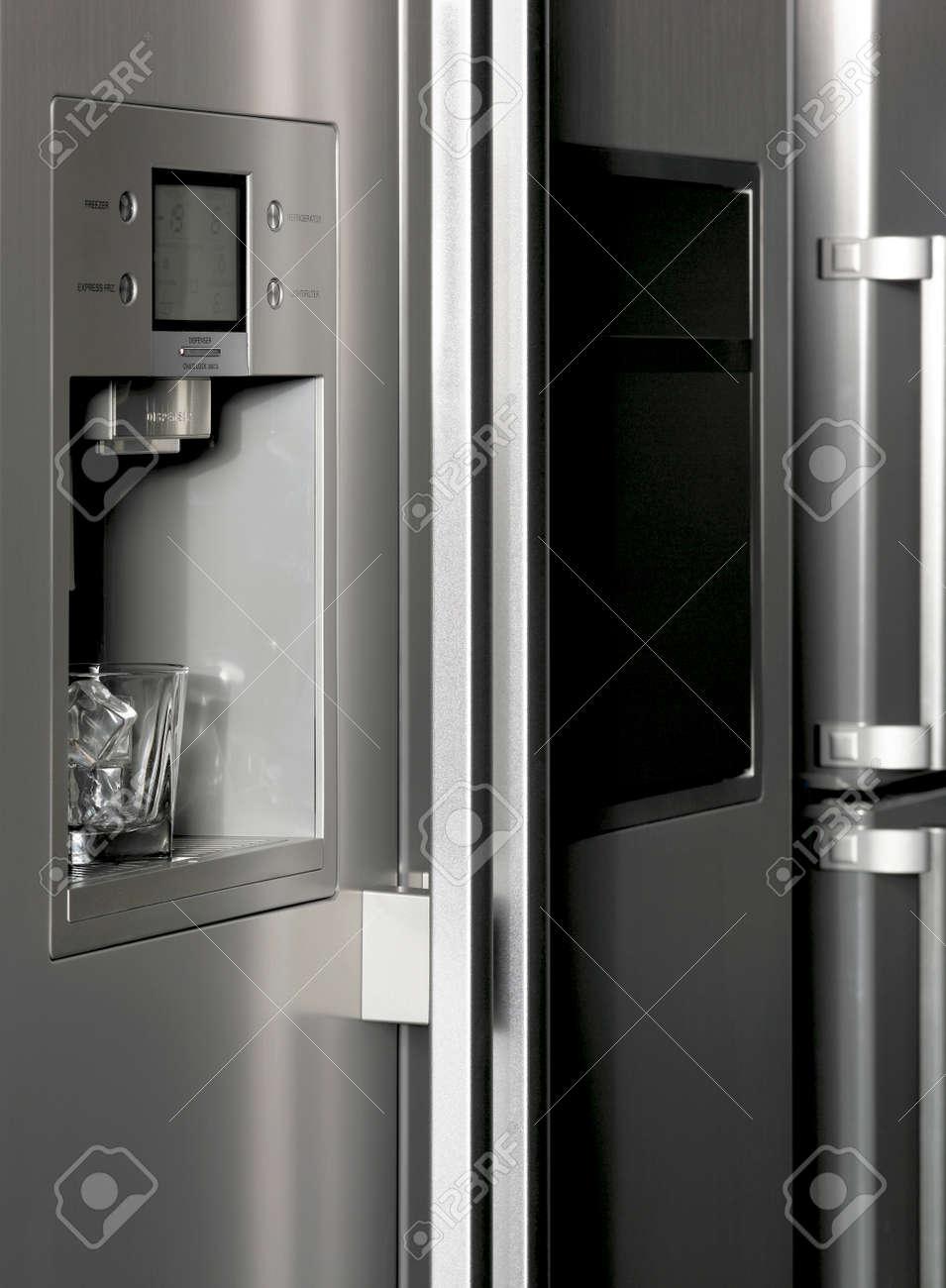 Kuhlschrank Mit Eiswurfelspender Detail Und Glas Vertikale