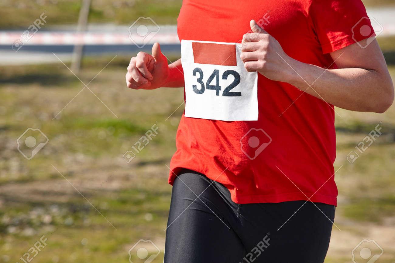 Circuito Mayor : Corredor mayor atlético en una carrera a campo traviesa. circuito al