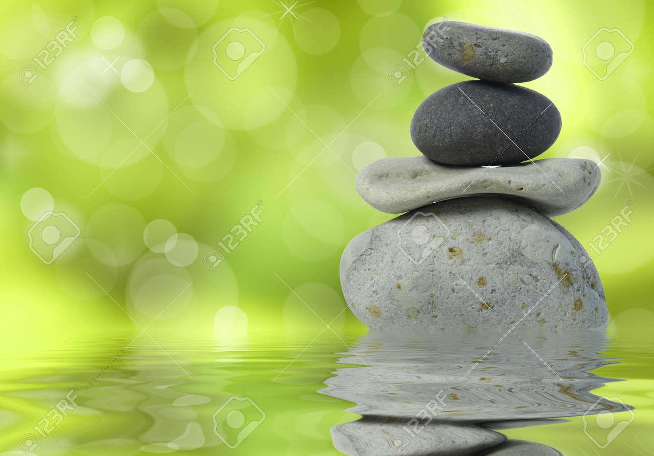 Wellness bilder grün  Wellness Hintergrund Mit Gestapelten Steinen Auf Grün Lizenzfreie ...