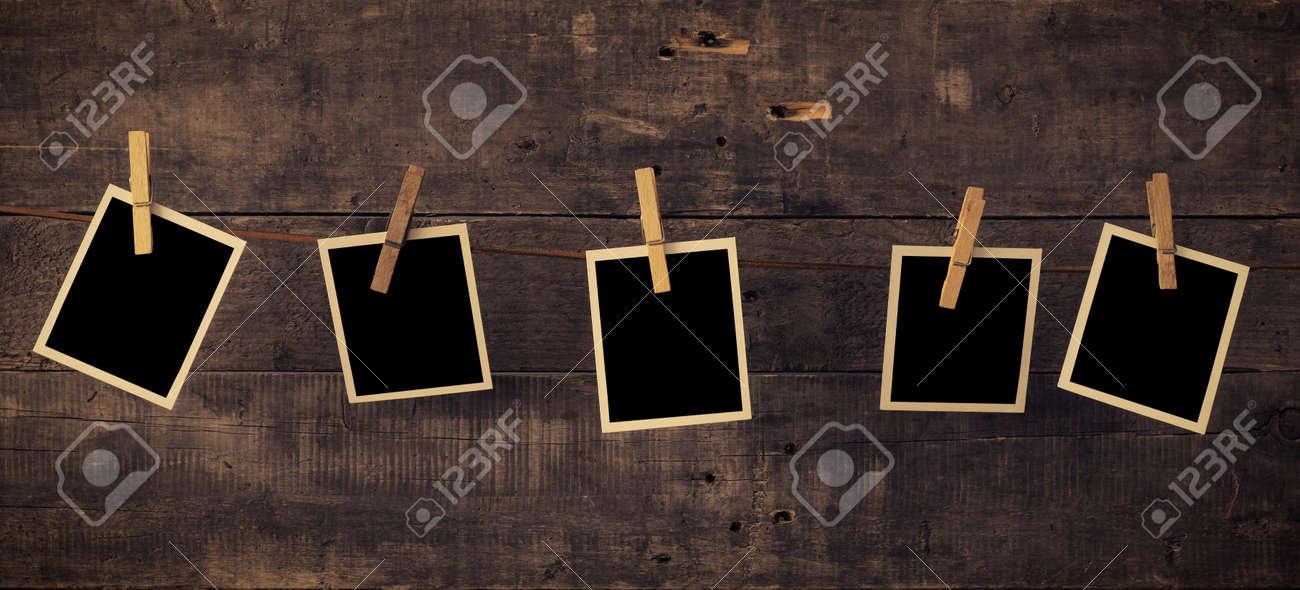 Fünf Alte Bilderrahmen Auf Einer Rustikalen Holzwand Lizenzfreie ...