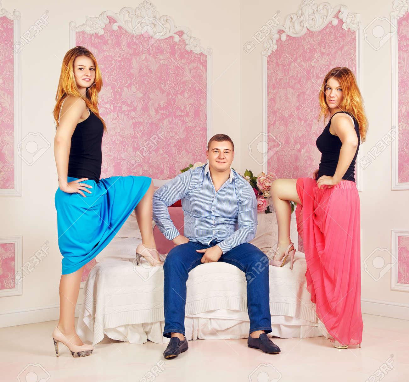 felice l'uomo e due donne in camera da letto foto royalty free ... - Donne In Camera Da Letto