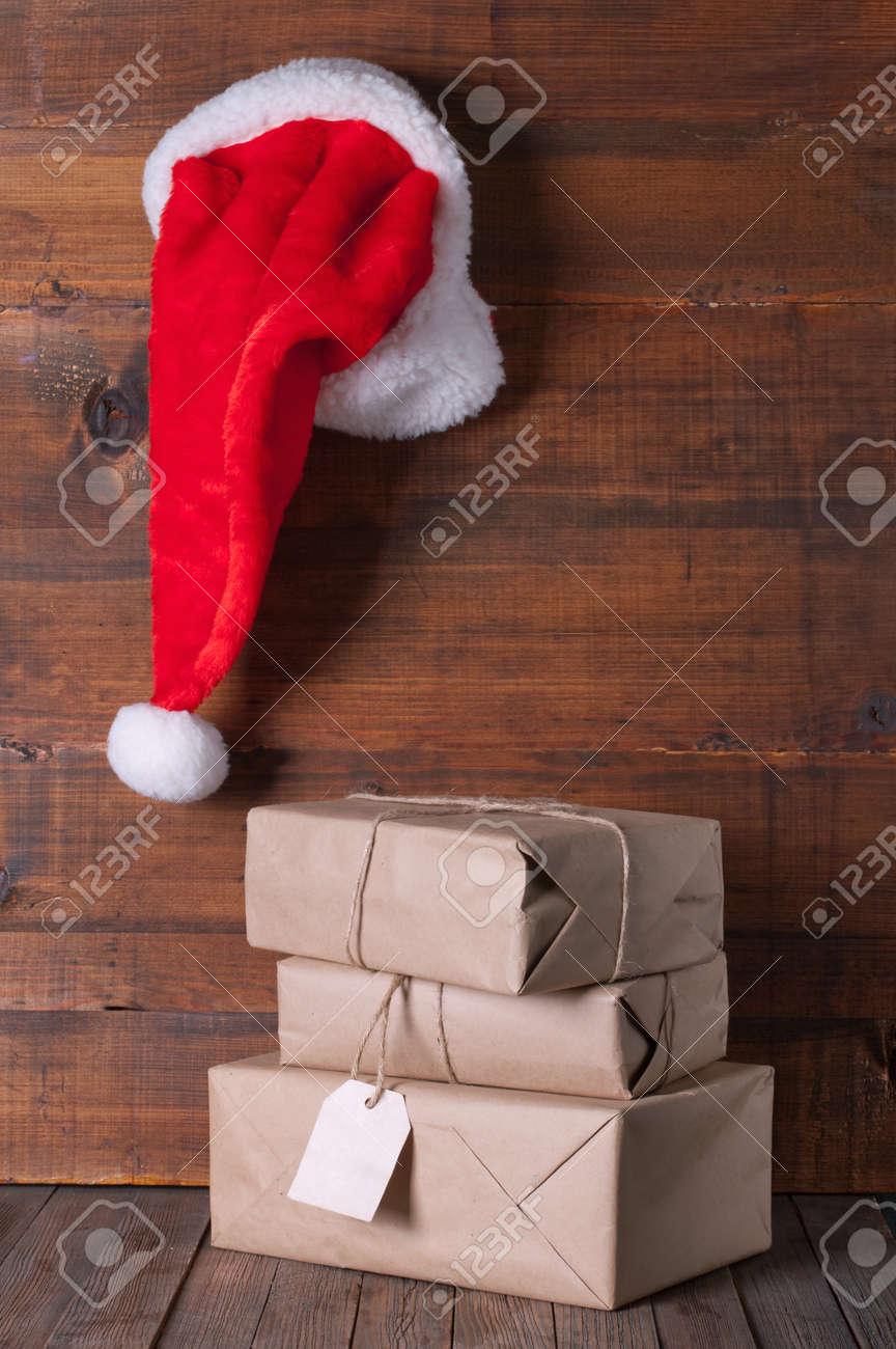 Scatole Per Regali Di Natale.Immagini Stock Scatole Con Regali Di Natale E Di Santa Cappello Su