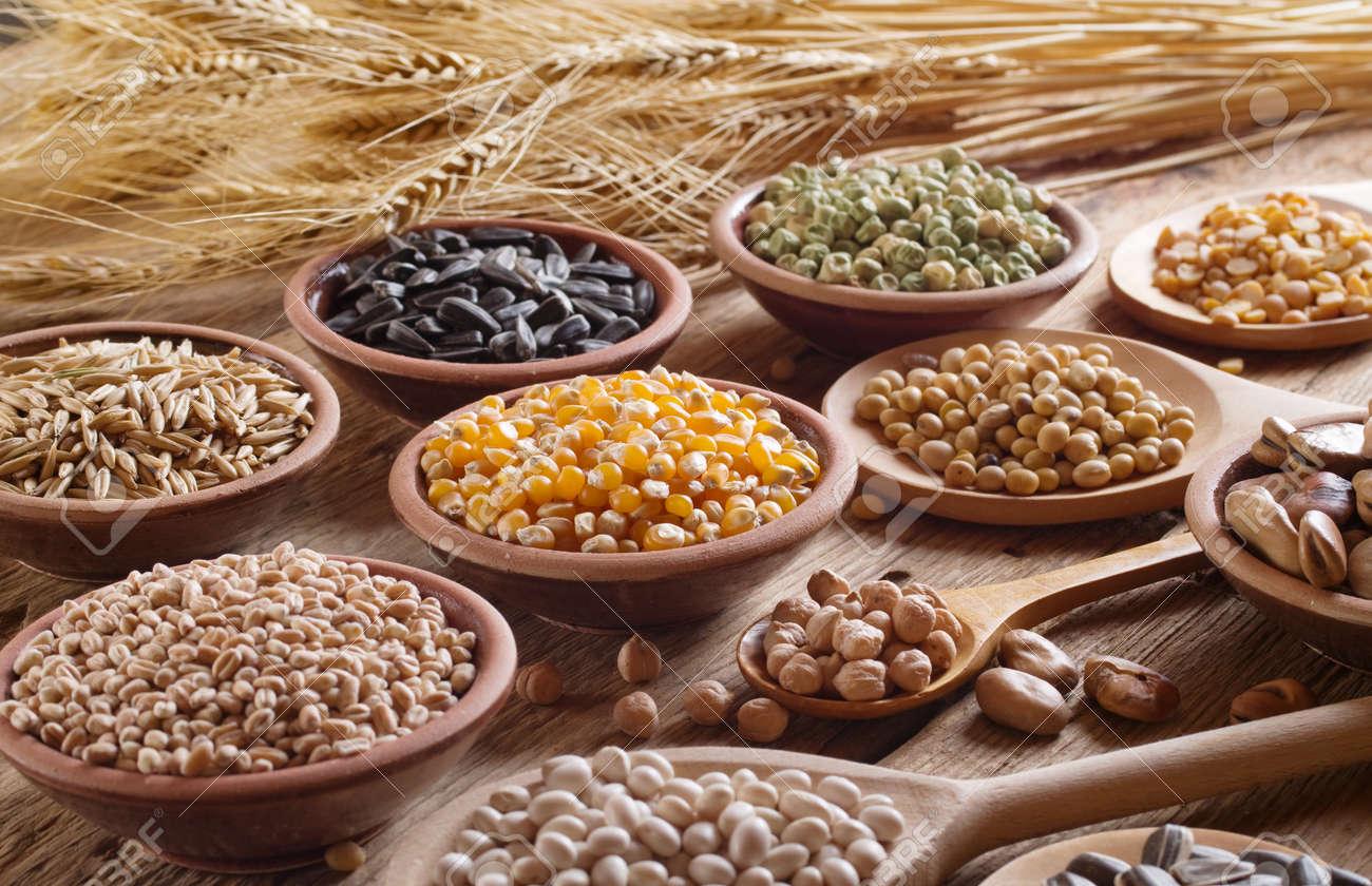 穀物、種子、木製の背景に豆。 ...