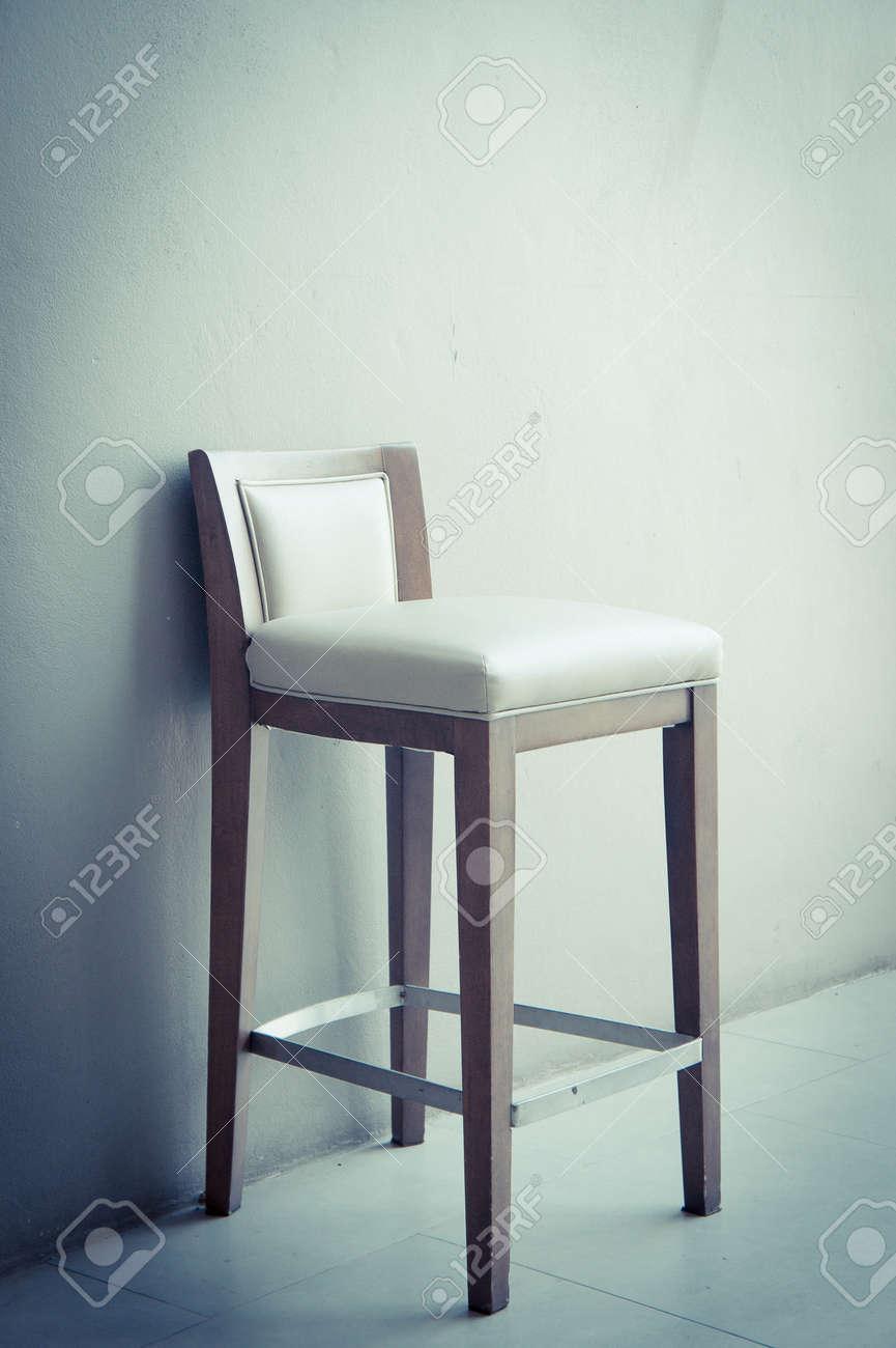 Vintage sedia bianca nel soggiorno, interni dal design moderno con parete  grigia