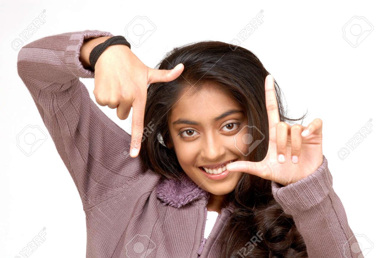Niña India Haciendo Un Encuadre Su Rostro Con Sus Manos Fotos ...