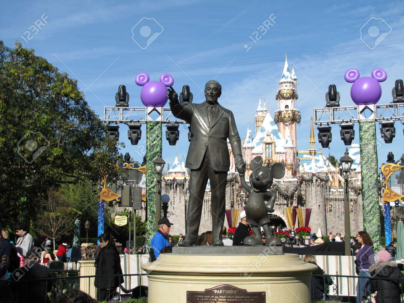 Standbeeld Walt Disney.A Statue Of Walt Disney And Mickey Mouse At The Disneyland Park