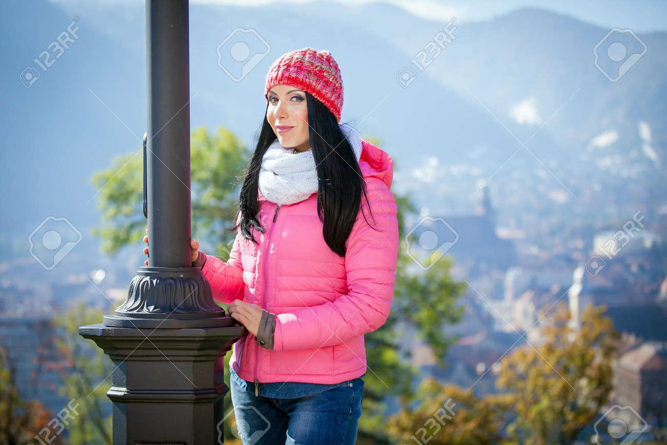 La Jolie Fille De L Air jeune femme posant en plein air à l'automne. fashion portrait de la jolie  fille par temps froid coiffé d'un chapeau rose et veste.
