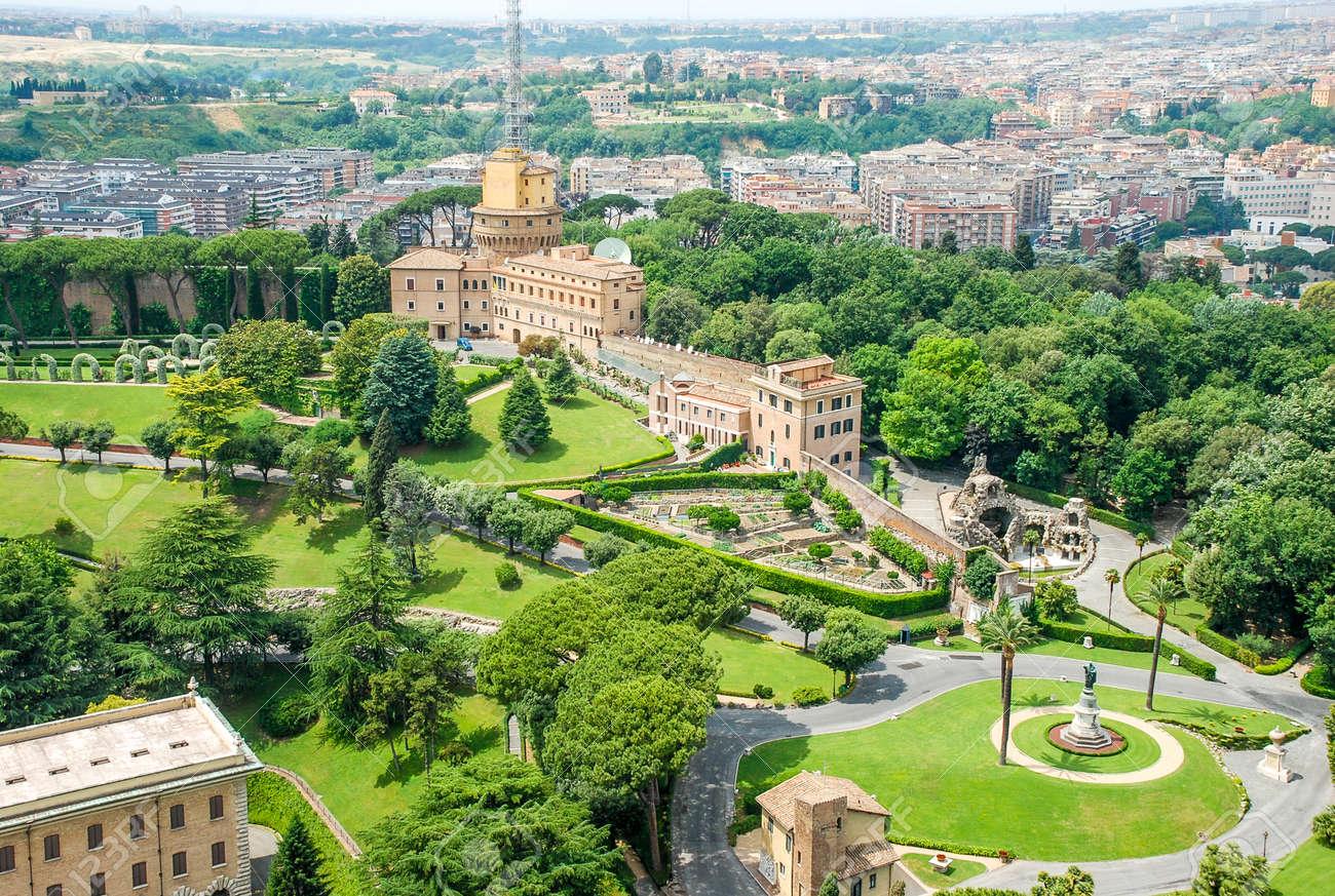 写真素材 , 建物と庭バチカン バチカン市国、イタリアの聖ペテロの教皇バシリカの屋根からの眺め
