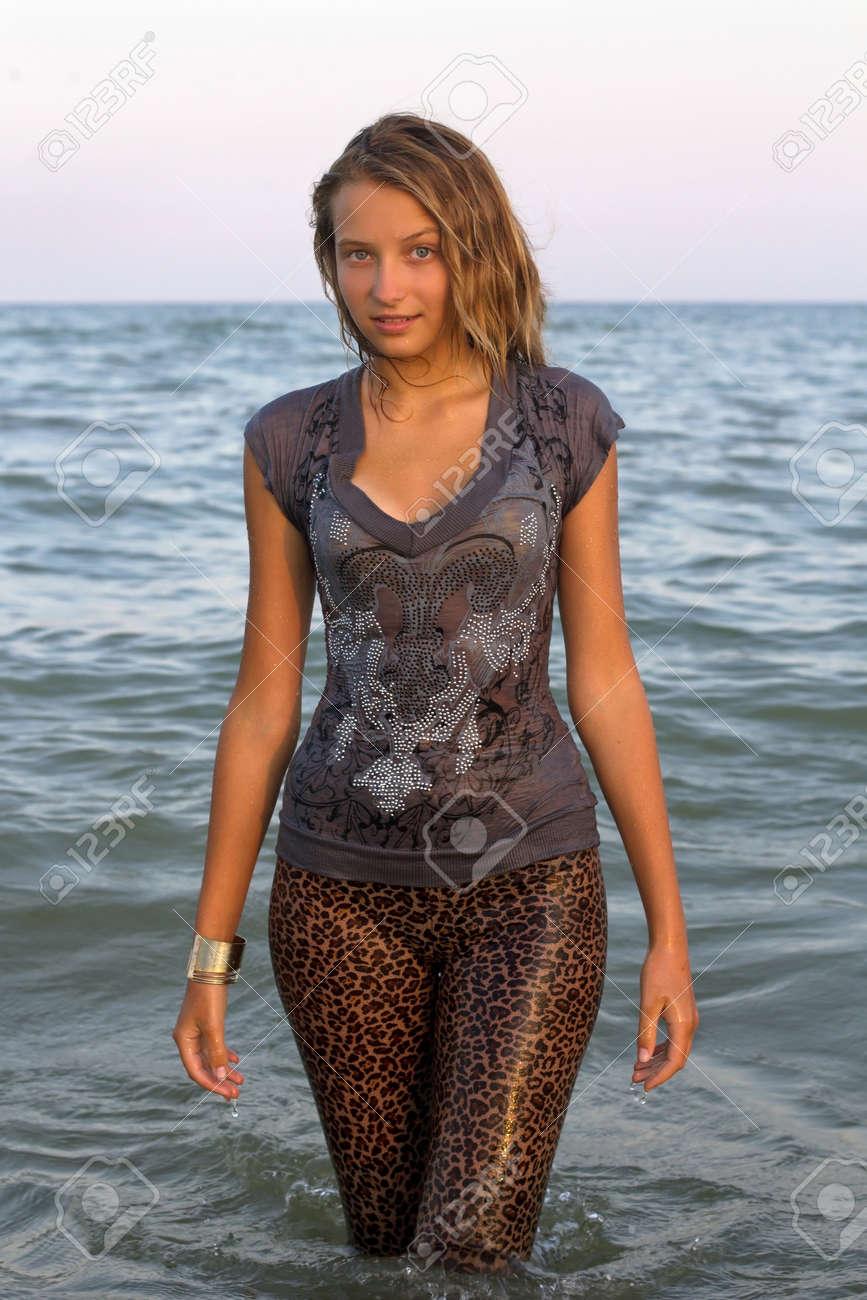 Тинейджеры в мокрой одежде фото 18 фотография