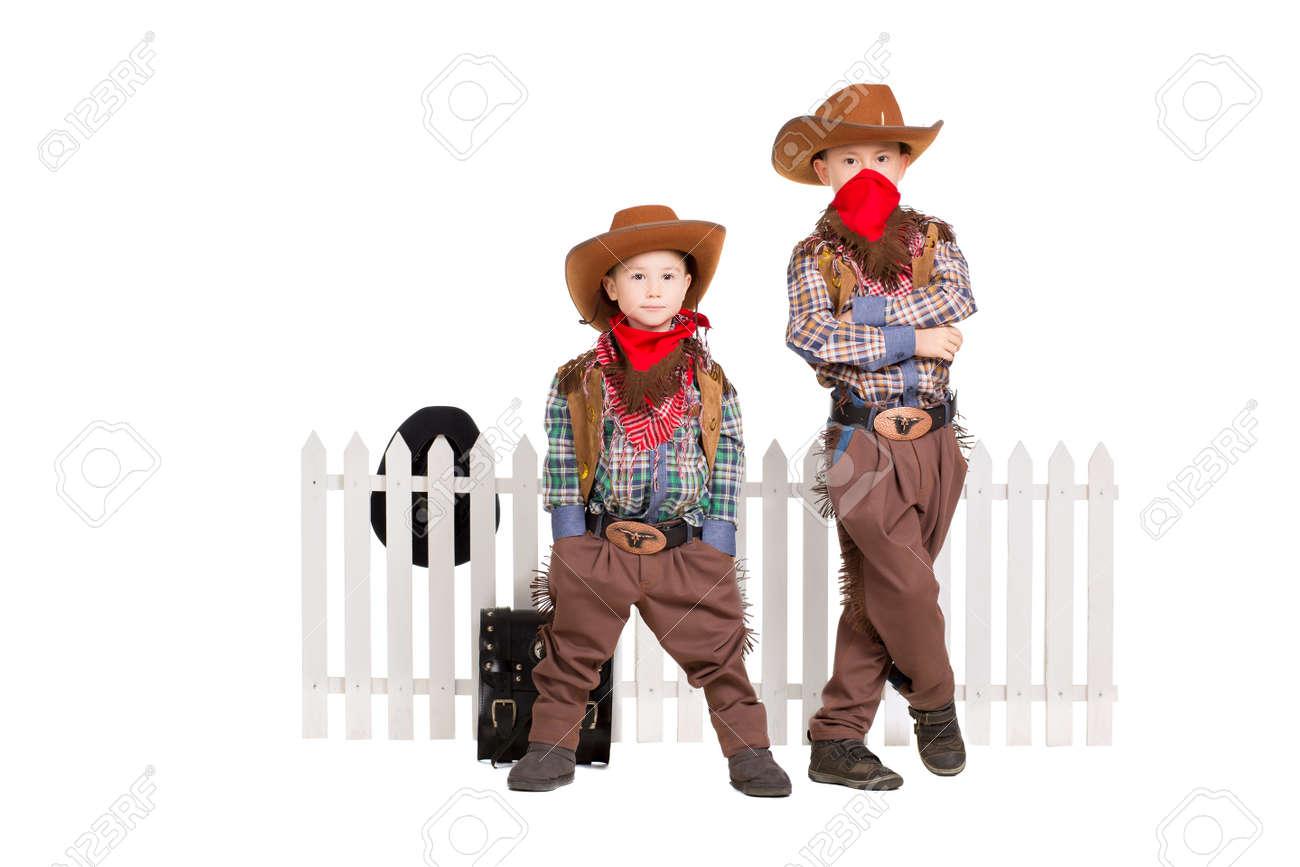Dos Niños Vestidos Con Trajes De Vaquero Aislados En Blanco