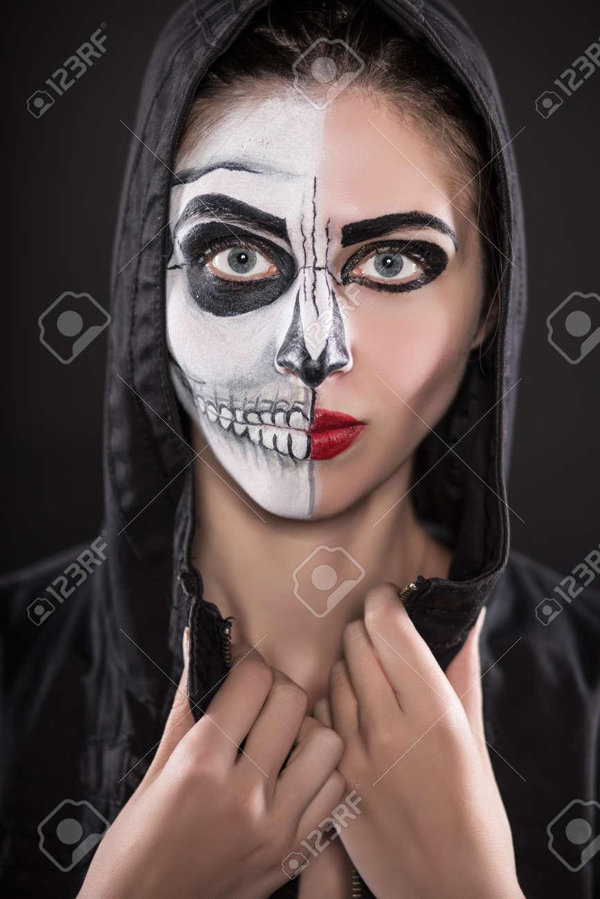 Retrato De Mujer Joven En El Capo Negro Con La Cara Pintada Para