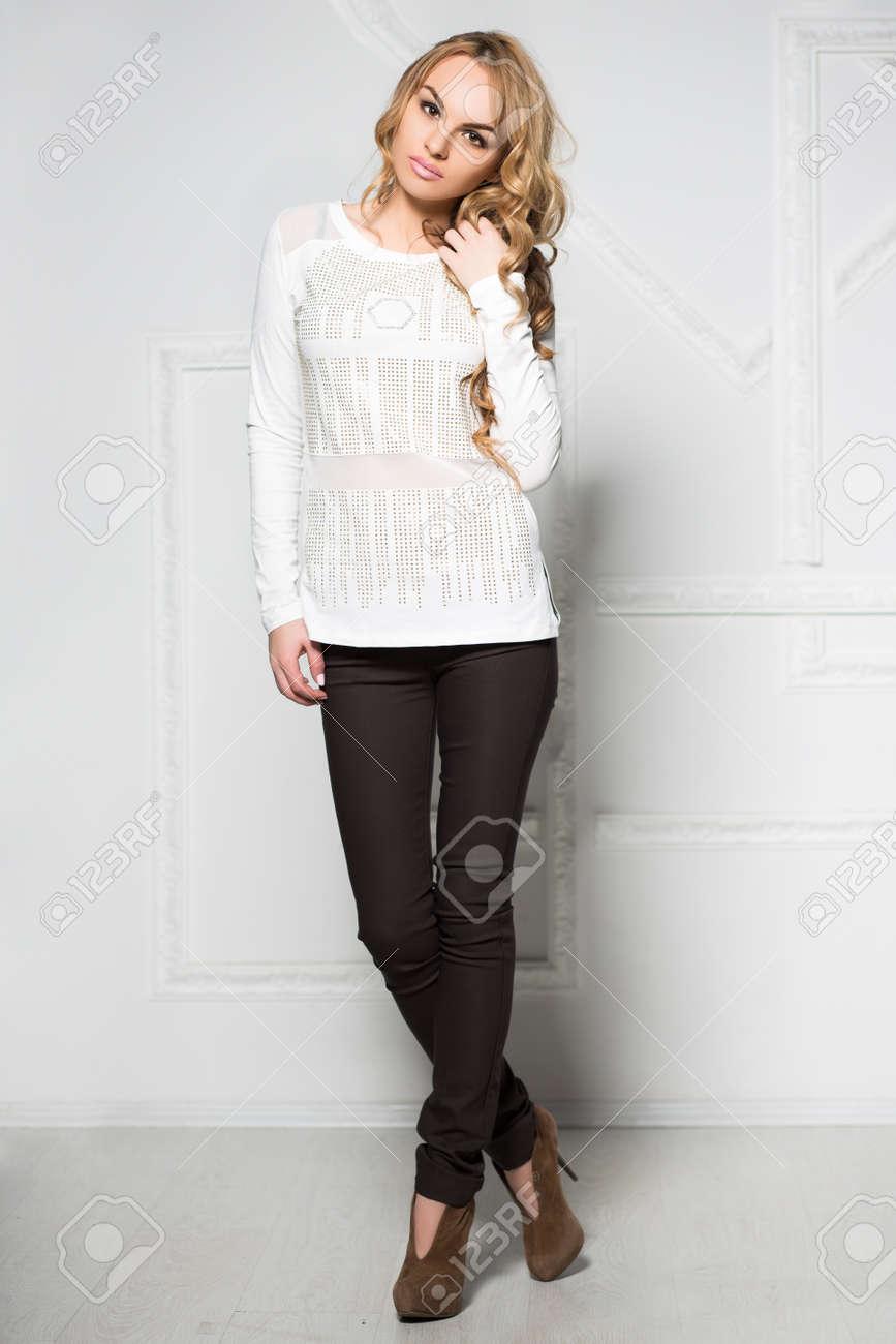 Femme Posant Du Noir Et Jeune En Blanc Mur Pantalon Chemisier Près JFl3TK1c