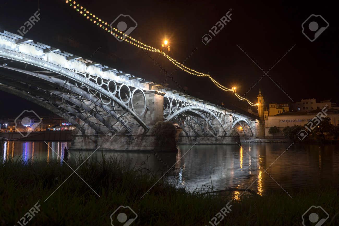 Immagini stock illuminazione notturna del bellissimo ponte di