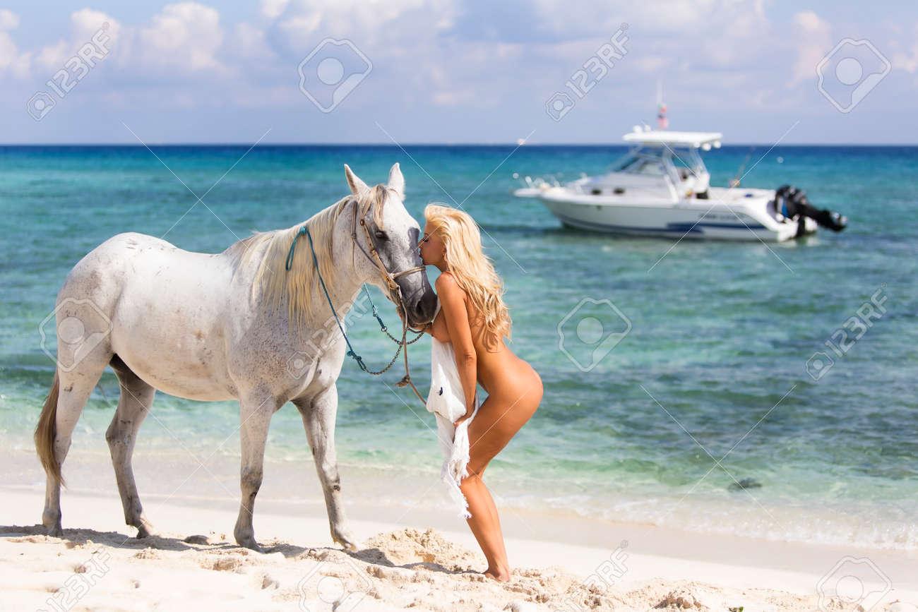 Mujer desnuda a caballo Nude Photos 48