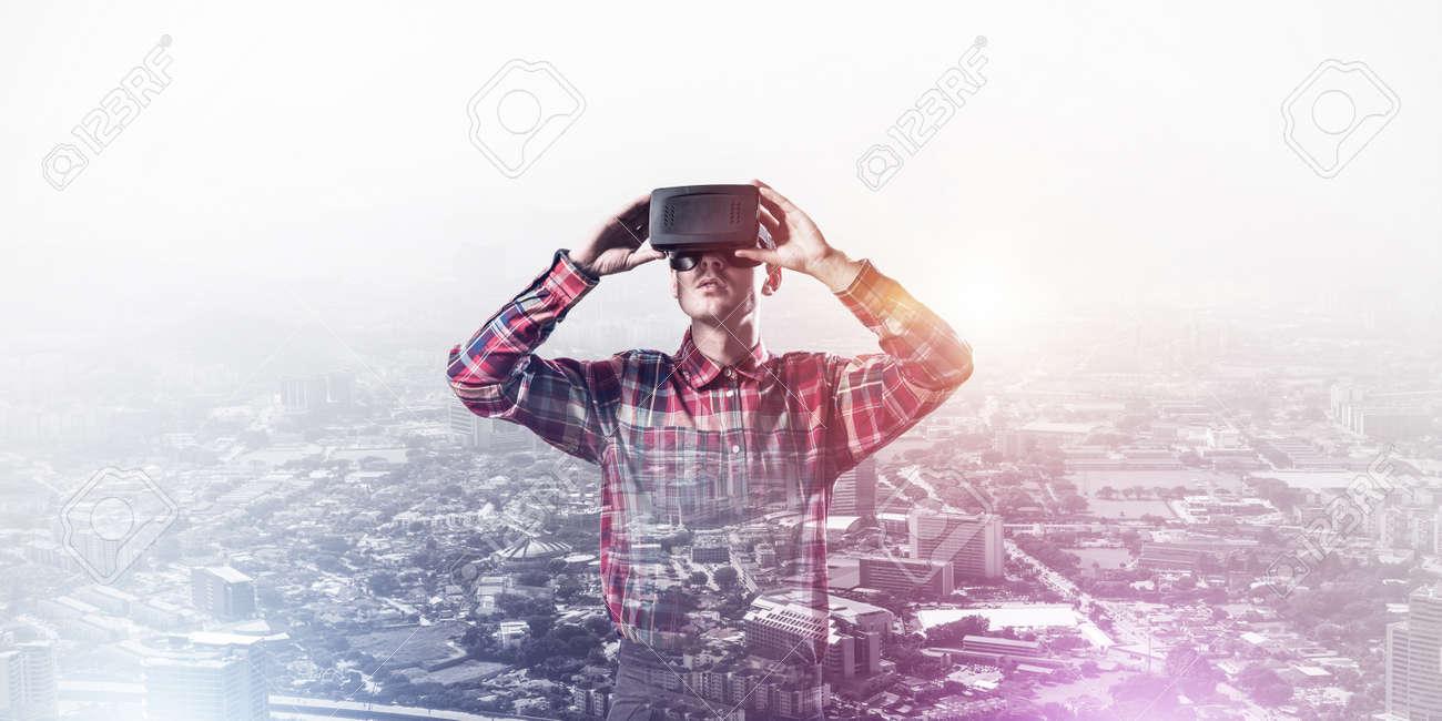 Sur Virtuelle Homme Paysage De 3d Un Casque Jeune Fond Urbain Avec Ou Soleil Lunettes Réalité Des 34Lqj5RA