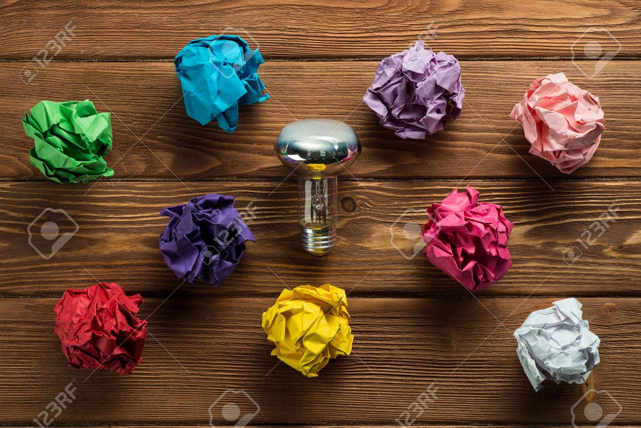 Immagini stock insieme di più palline di carta colorate e