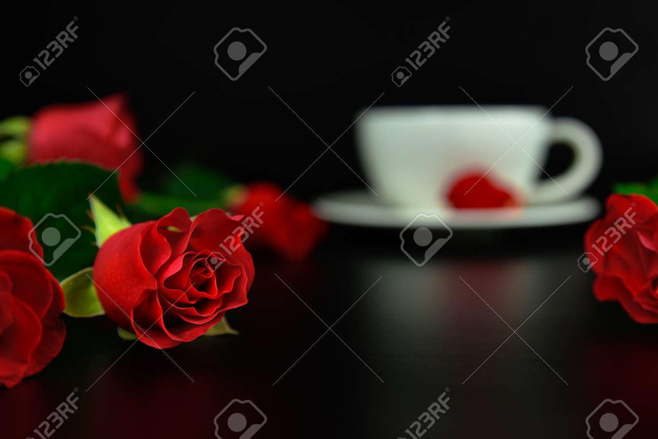 Immagini Stock Rosa Rossa Con Una Tazza Di Caffè La Sera Sfondo