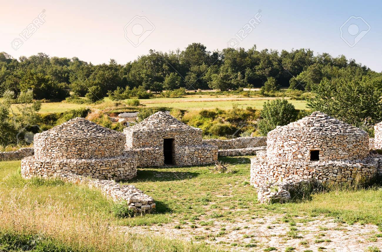 Acheter Une Maison En Italie Abruzzes village de reconstruction paléolithique dans les abruzzes (italie)