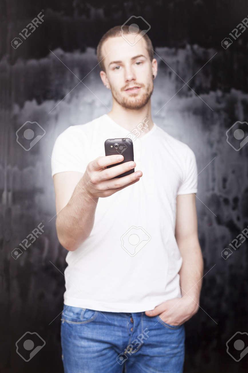 Immagini Stock Luomo Con Il Telefono Cellulare Sfondo è La Città