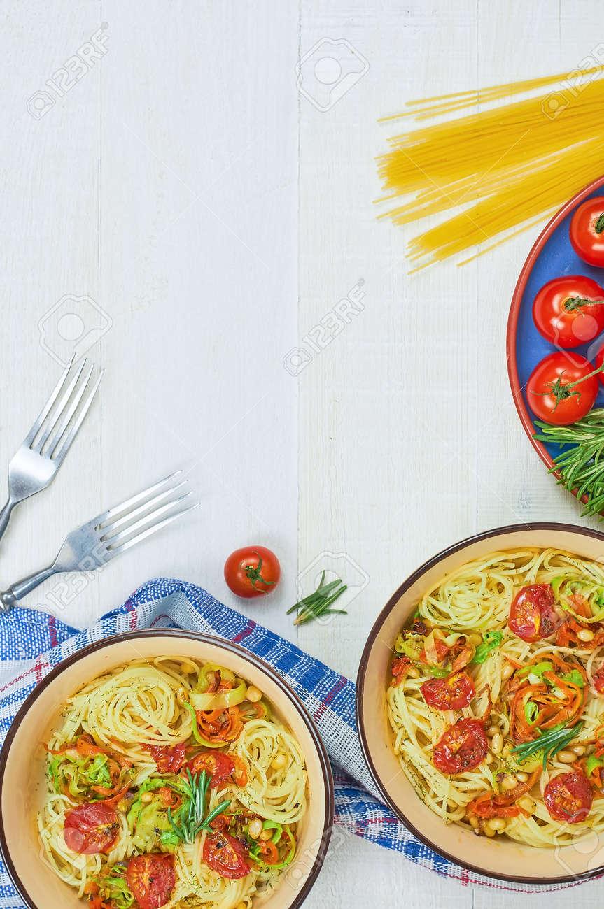Spaghetti Mit Gemüse Auf Einer Platte Servieren Auf Einem Weißen