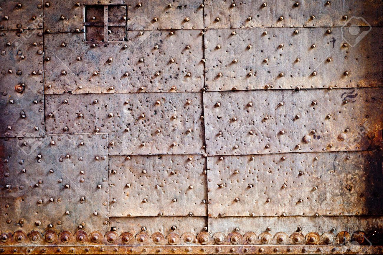 Metalltür nieten und ornament auf alte rostige metalltür lizenzfreie fotos