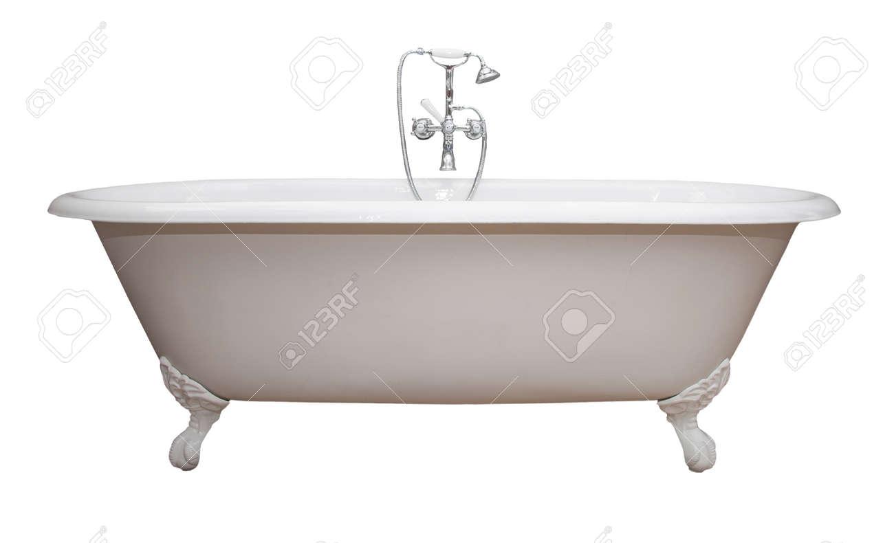 Belle baignoire à pieds griffe blanche de style classique avec un robinet  et un pulvérisateur à l?ancienne en acier inoxydable. Isolé sur blanc