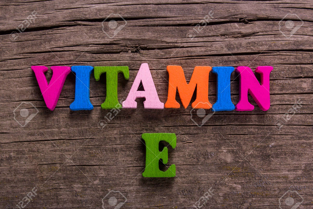 Lettere Di Legno Colorate : Vitamina e parola composta da lettere di legno colorate su un