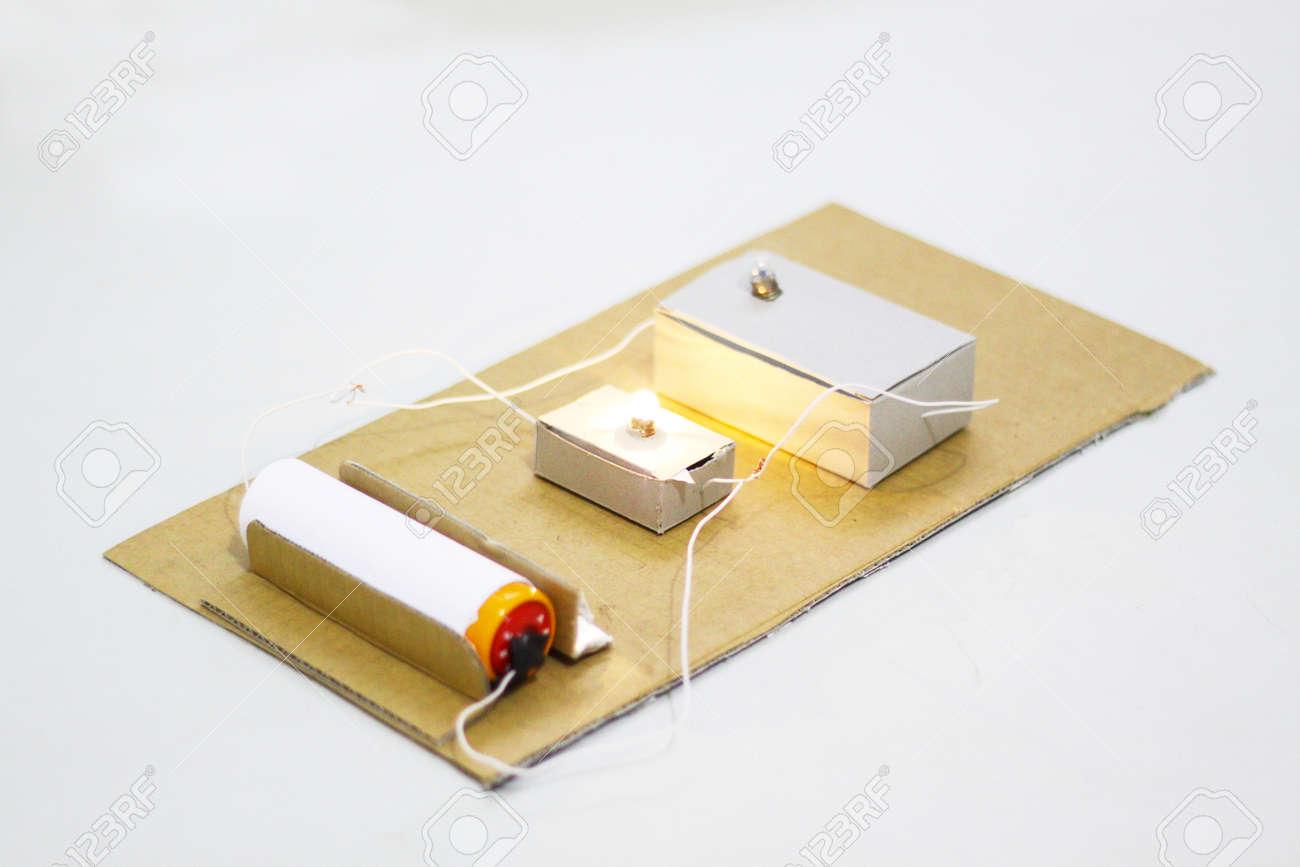 Circuito Electrico En Serie : Crear una serie circuito eléctrico realizado en una caja de cartón y