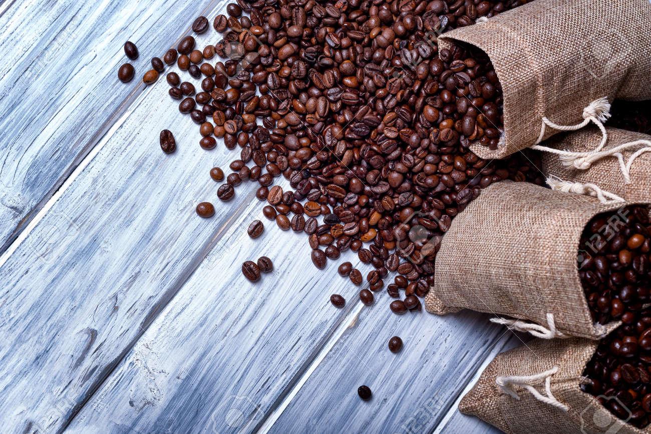 Conosciuto Semi Di Caffè Con Alcuni Sacchi Di Juta Pieni Di Chicchi Di Caffè  QV46
