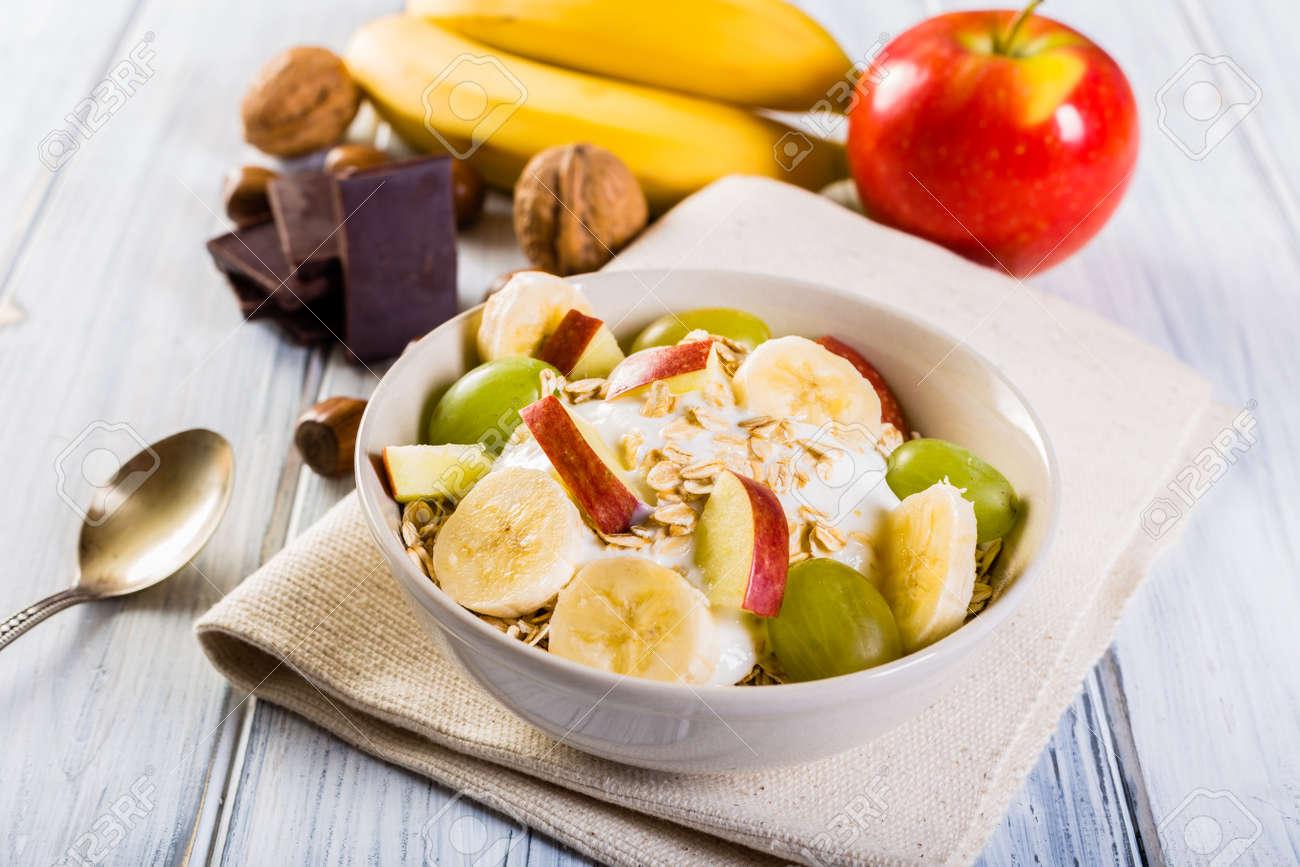 Haferflocken Mit Joghurt Apfel Bananen Und Trauben Schüssel